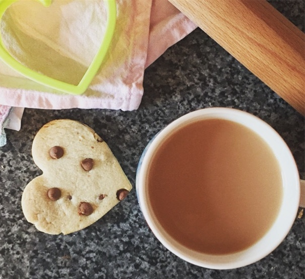 Heart-cookie-with-tea
